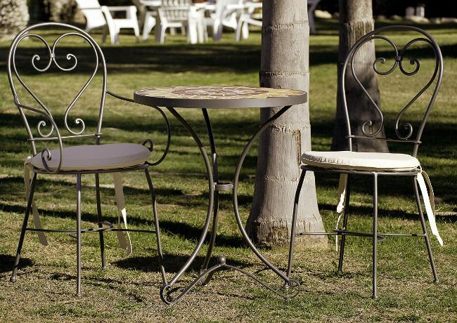 Foto mesa velador forja y mosaico de fusta i ferro for Sillas de forja para jardin