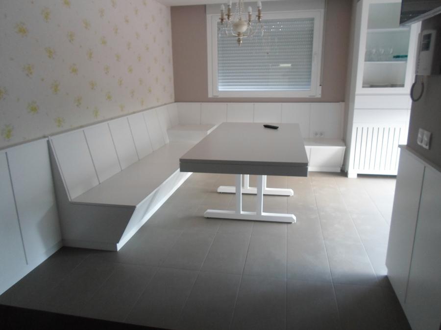 Mesa y banco lacados en blanco