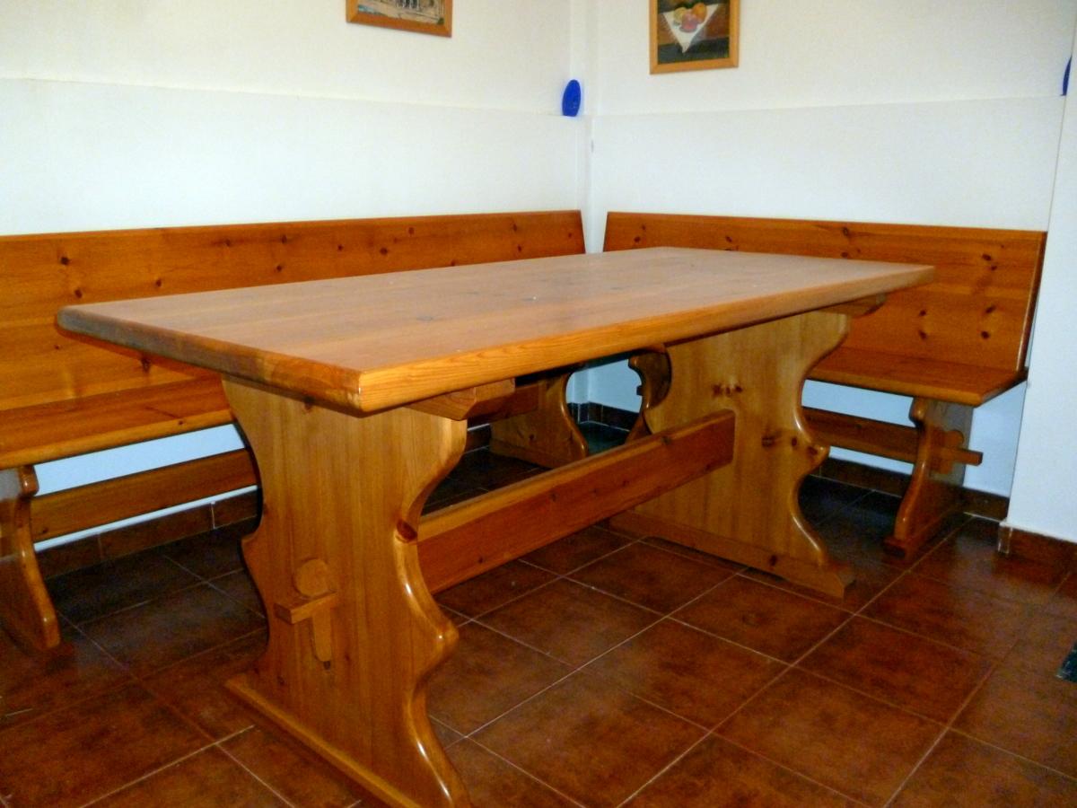 foto mesa y bancos de bodega de carpinteria ebanisteria j