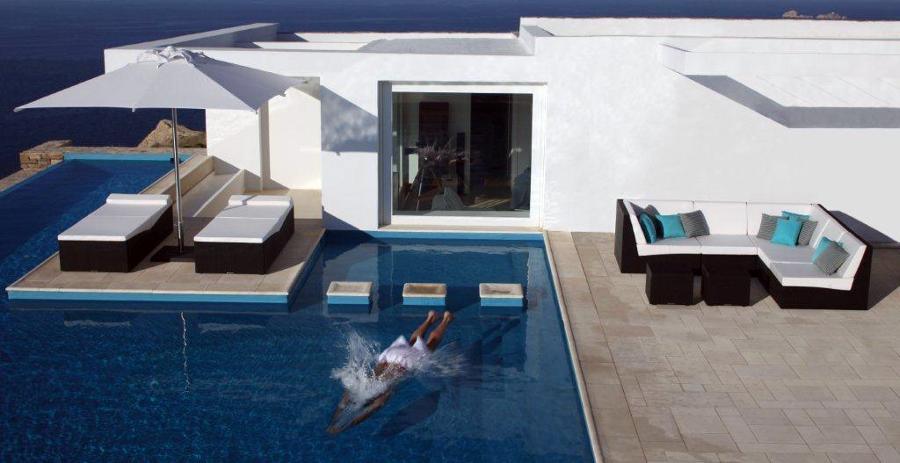 foto mobiliario de piscina integrado y funcional de