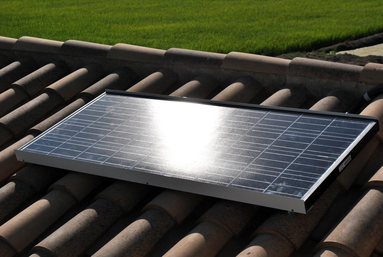 Módulo solar fotovoltaico de 135Wp instalado sobre tejado.