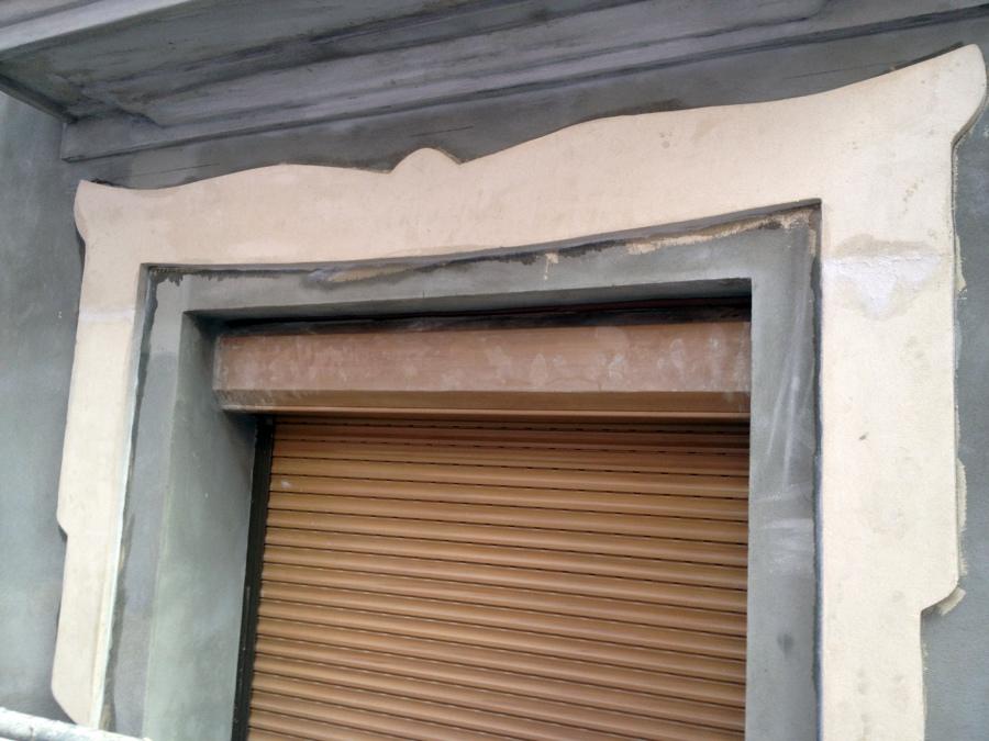 Molduras y cornisas en fachada