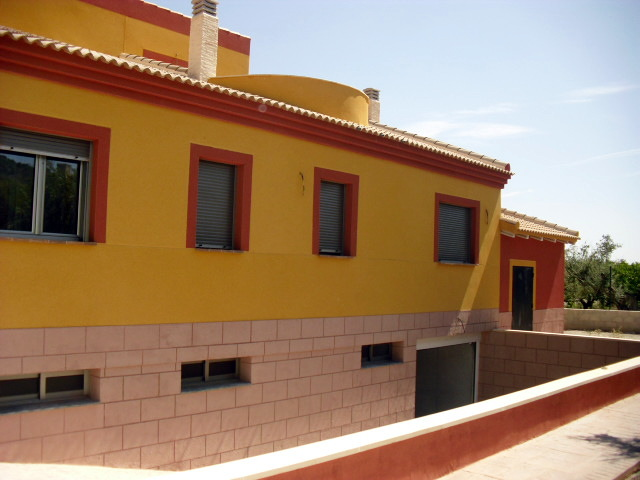 Foto monocapa raspado amarillo y rojo con zocalo en - Zocalos de fachadas ...