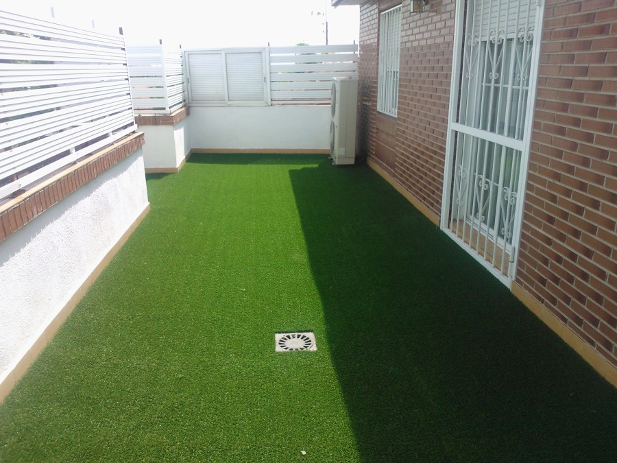 Foto montaje c sped artificial en terraza de trebol for Cesped artificial terraza