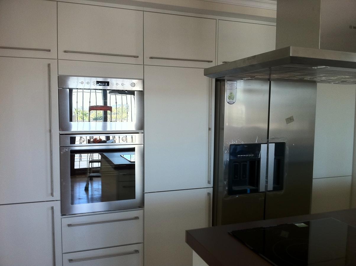 Foto montaje de cocina blanca alto brillo de the singular - Singular kitchen madrid ...
