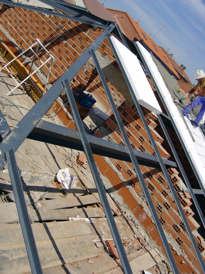 Foto montaje de estructura met lica para tejado a dos for Madera para tejados de segunda mano