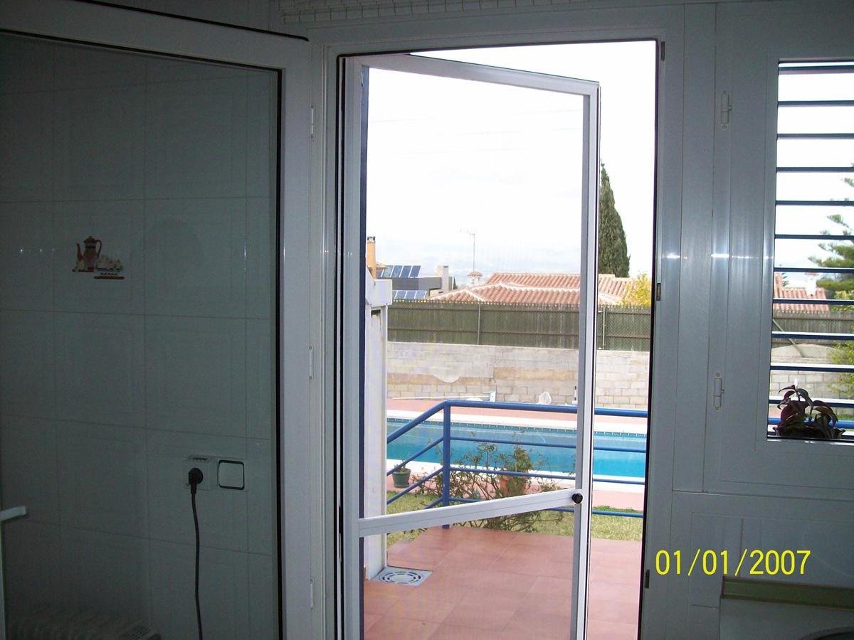 Foto mosquitera puerta de persitoldos 197439 habitissimo for Puerta mosquitera