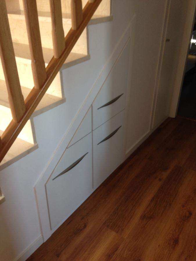 Foto mueble a medida para hueco de debajo de escalera de for Muebles bajo escalera fotos