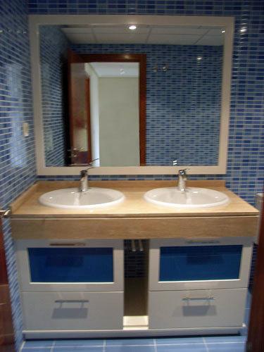 Baño Blanco Con Azul:Foto: Mueble bajo Encimera Blanco con Cristales en Azul de Muebles De