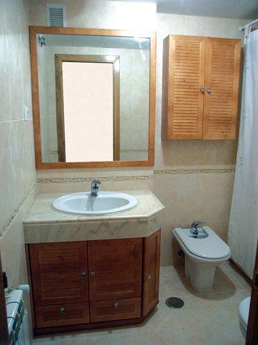Foto mueble bajo encimera con armario de colgar de for Muebles para debajo del lavabo