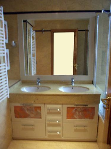 Foto mueble bajo encimera con cristales fusing naranja de for Mueble bano bajo encimera