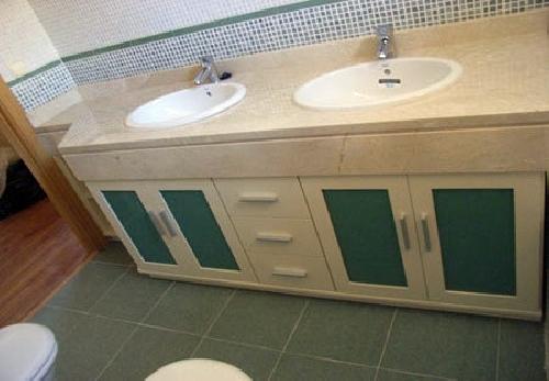 mueble bajo encimera con cristales verdes