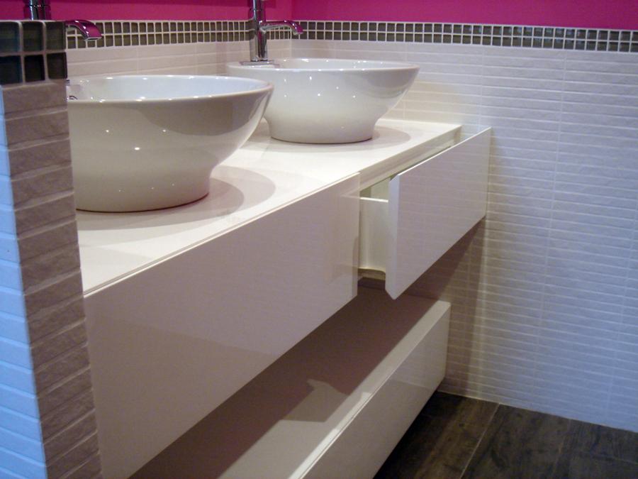 Foto mueble ba o a medida alto brillo de muejosala for Muebles de bano a medida
