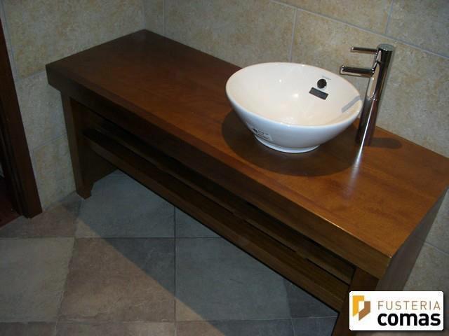 Foto mueble ba o en madera iroko de fusteria comas for Lavamanos rusticos de madera