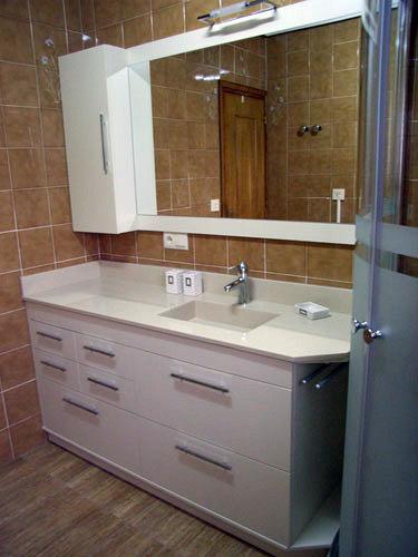 Foto mueble blanco con cajones y lavabo integrado de - Muebles para lavabos con pie ...