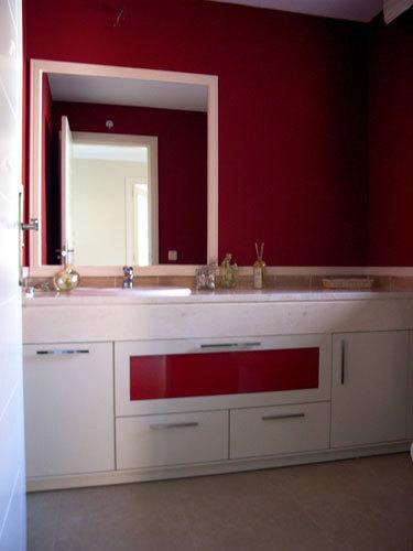 Mueble blanco con puerta abatible con cristal naranja
