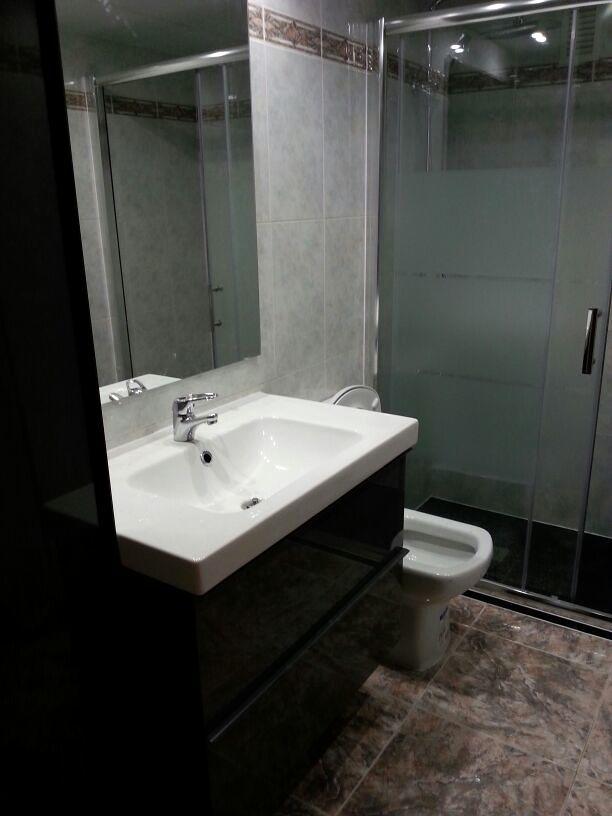 Foto mueble colgado con lavabo de fernando ch rcoles - Mueble con lavabo ...