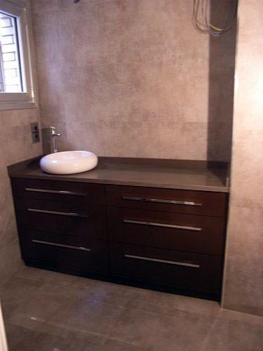 Mueble con cajones y lavabo sobre encimera