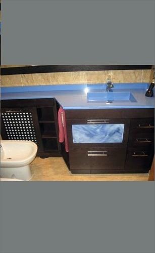 Mueble con encimera compac azul y cubreradiador