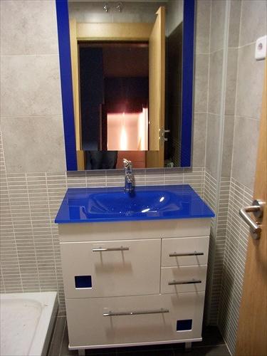 Mueble con encimera de cristaly cristalitos en azul
