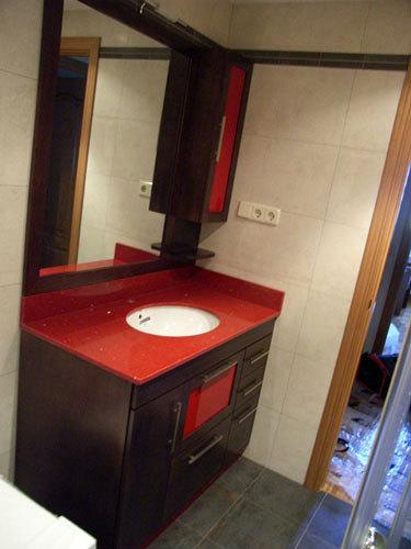 Foto mueble con encimera en rojo pasi n y lavabo bajo - Muebles de bano rojos ...