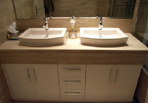 Foto mueble con faldon y lavabos sobre encimera de - Lavabos dobles sobre encimera ...
