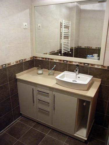 Foto mueble con lavabo sobre encimera de muebles de ba o - Mueble de lavabo barato ...