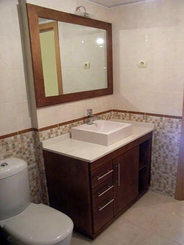 Foto mueble con lavabo sobre encimera de muebles de ba o - Muebles de lavabo rusticos ...