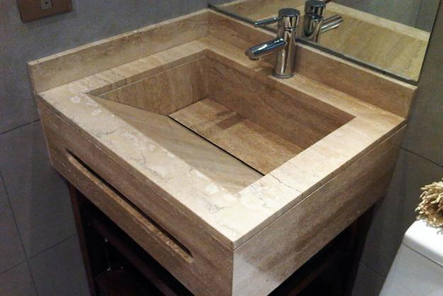 Foto mueble de ba o con lavabo integrado en travertino de for Marmol travertino para banos