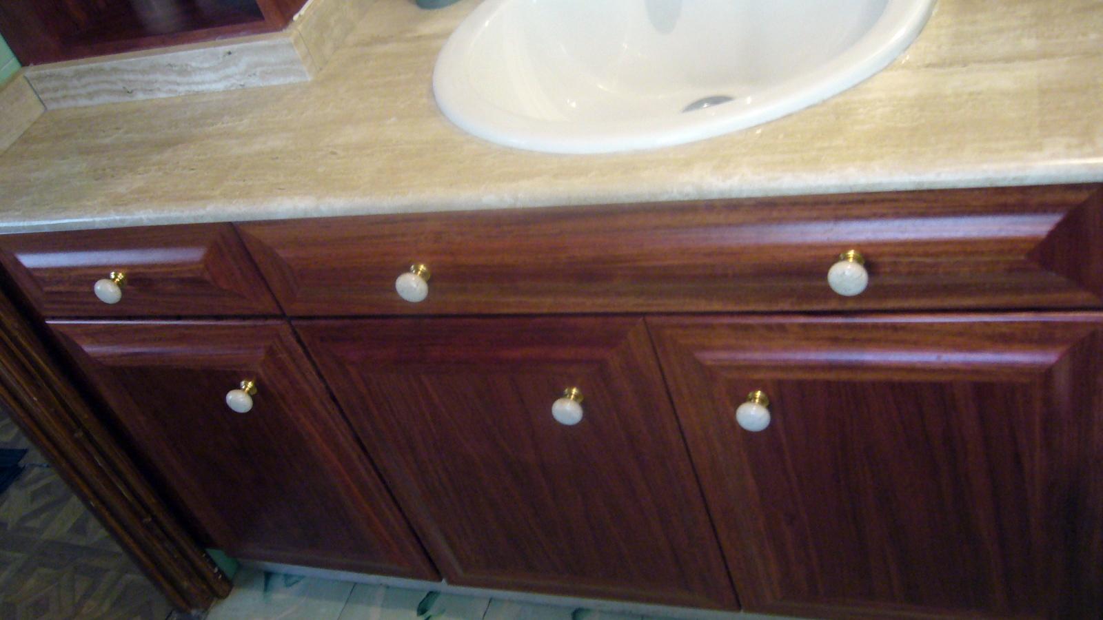 Mueble de baño en madera de bubinga.