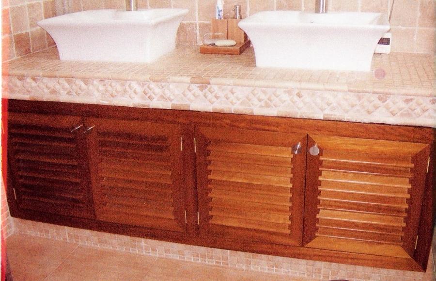 Foto mueble de ba o en madera de iroko de carpinteria for Mueble bano de madera