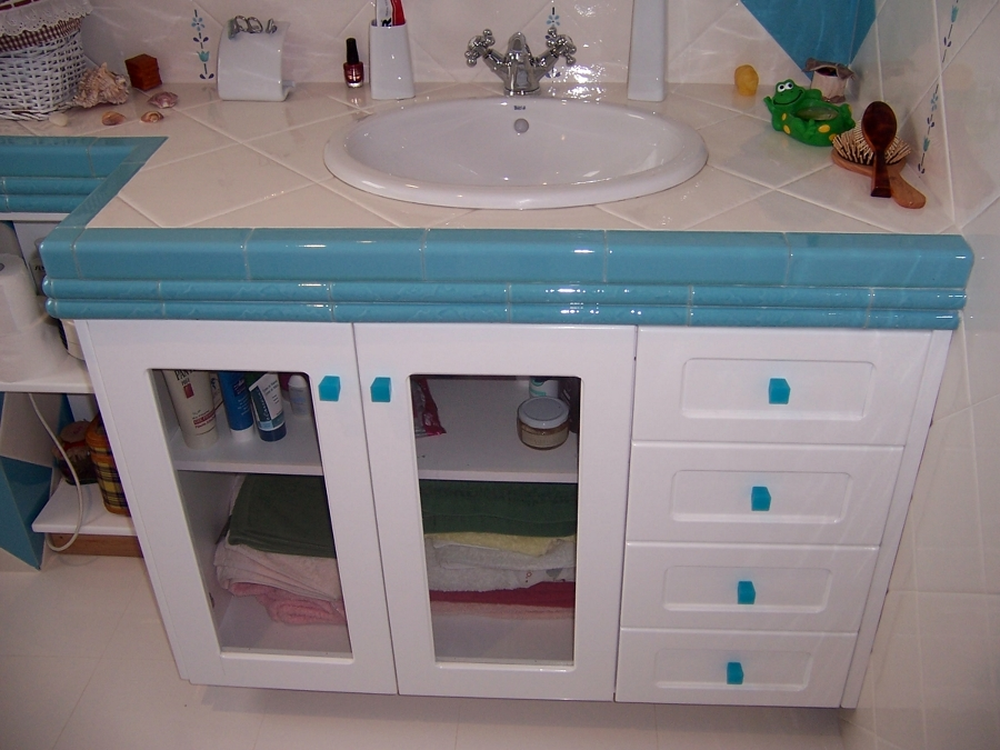 Mueble de baño en madera de Suecia lacada en blanco con faja de azulejos.