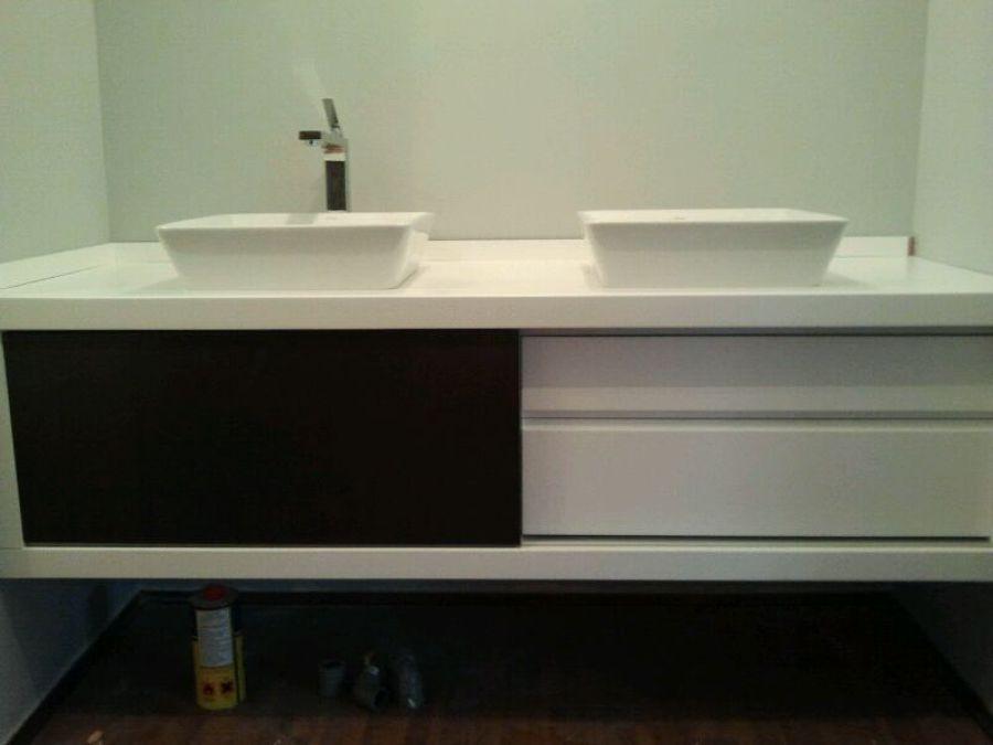 Foto mueble de ba o lacado en blanco y negro de - Mueble lacado blanco ...