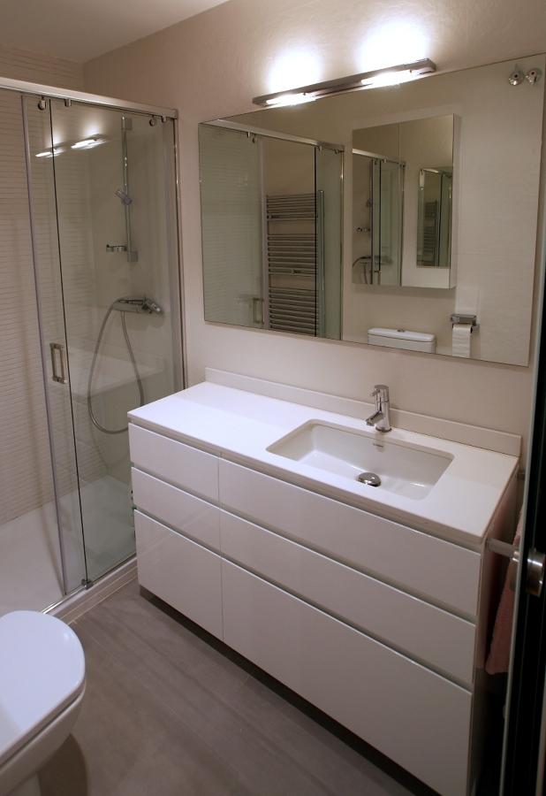 Mueble de baño realizado en DM hidrófugo (resistente a la humedad) y