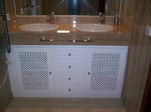 Mueble Baño Blanco Lacado:Mueble de baño lacado en blanco con celosia de 1×1 en puertas a
