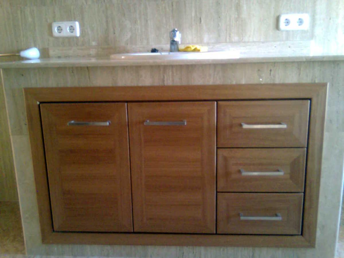 Foto mueble empotrado de ba o en madera de sippo de for Muebles para bano en madera