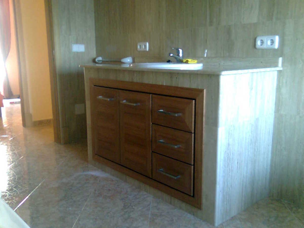 Foto mueble empotrado de ba o en madera de sippo de fusteria ca 39 n quetglas 216970 habitissimo - Mueble de bano de madera ...