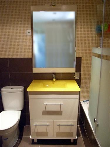 foto mueble encimera de cristal amarilla de muebles de