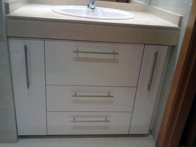 Mueble lavabo hecho a medida de formica brillant blenca con cajones de