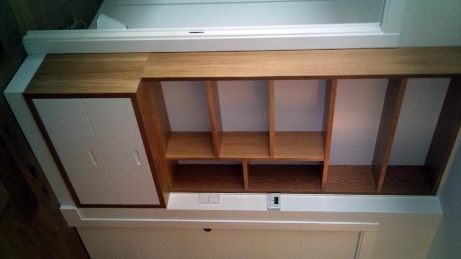 Mueble-librería madera roble y cajones lacados