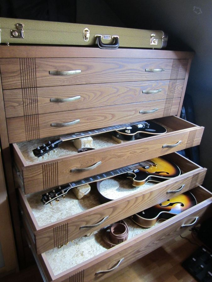 foto mueble para guardar guitarras de carpinteria