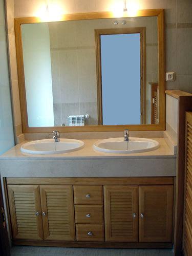 Foto mueble roble con puertas en persiana de muebles de - Muebles de bano en sevilla ...