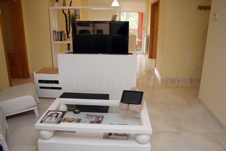 Foto mueble tv medida con mecanismo para ocultar tv de for Mueble que esconde tv