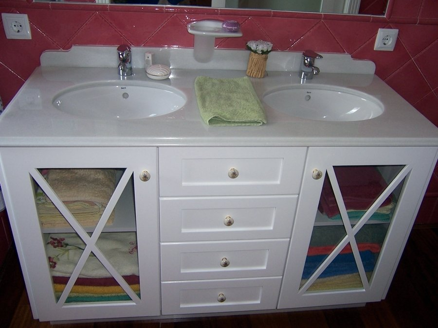 Muebles de baño en madera de Suecia lacada en blanca y en wengue.