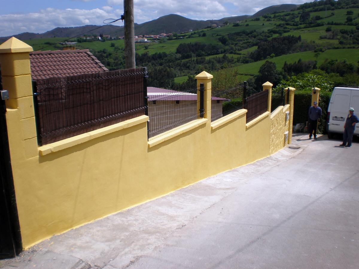 Muro con hormigón y valla Hércules