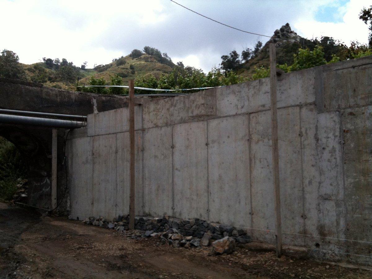 Foto muro de contenci n de hormig n armado recubierto con piedra vista de arquican proyectos y - Muros de hormigon ...
