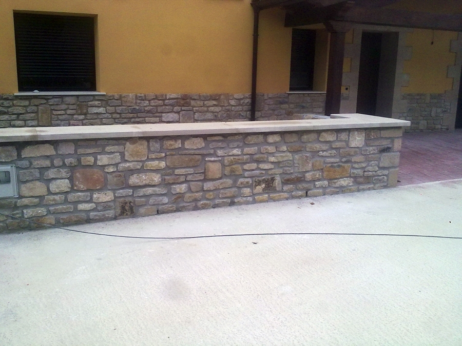 Foto muro de piedra natural a dos caras con albardilla - Muro de piedra natural ...