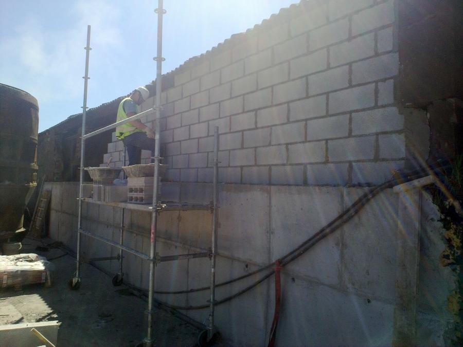 Realizamos todo tipo de muros de cerramiento. En esta foto se puede ...