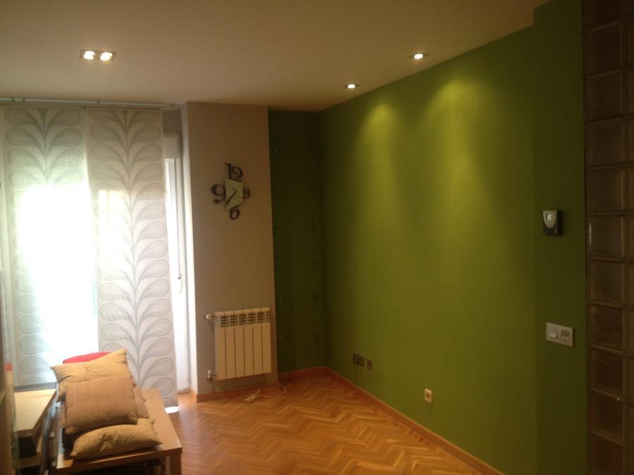 Contrastes grises y verdes en salon.