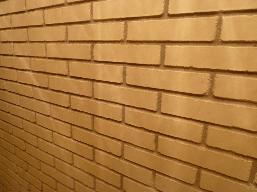 Detalle de pasillo. Fotografía actual de una construcción de hace 21 años.